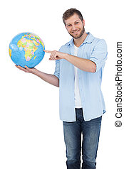 Un modelo encantador sosteniendo un globo