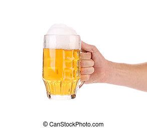 Un montón de cerveza con espuma en la mano.