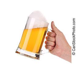 Un montón de cerveza con espuma en la mano