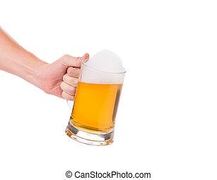 Un montón de cerveza en la mano.