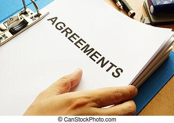 Un montón de documentos con títulos de acuerdo