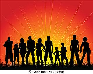 Un montón de gente contra un cielo de sol