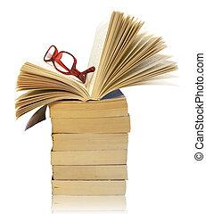 Un montón de libros con gafas aisladas en blanco