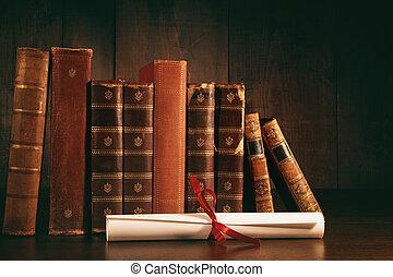 Un montón de libros viejos con diploma en escritorio