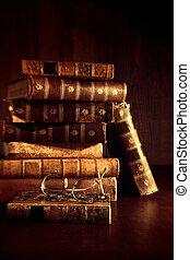 Un montón de libros viejos con lentes de lectura