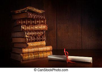Un montón de libros viejos sobre el escritorio