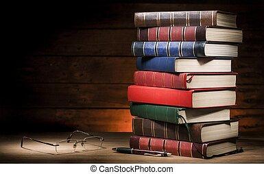 Un montón de libros y gafas