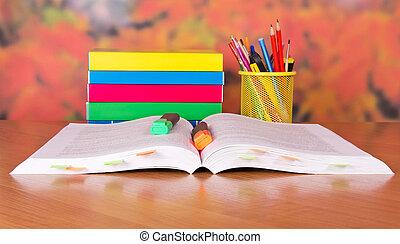 Un montón de libros y marcadores