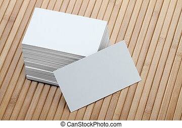 Un montón de tarjetas blancas en blanco en antecedentes de madera