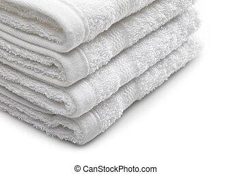 Un montón de toallas blancas de hotel en un fondo blanco