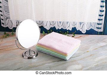 Un montón de toallas y espejos de maquillaje