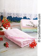 Un montón de toallas y peine