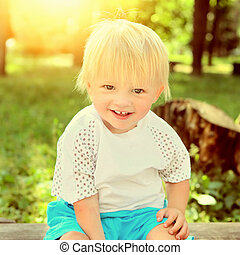Un niño alegre al aire libre