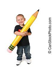 Un niño de escuela con un lápiz grande