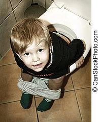 Un niño en el baño