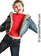 Un niño exuberante saltando de alegría