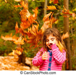 Un niño feliz en otoño