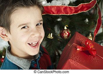 Un niño feliz recibe el regalo de Navidad