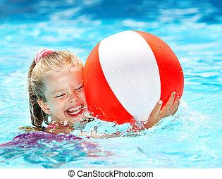Un niño nadando en la piscina.