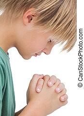 Un niño que reza por su vista