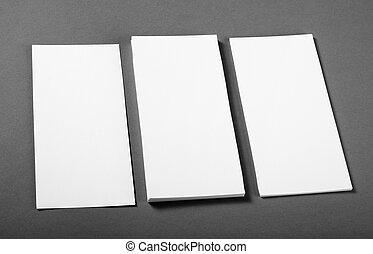 Un póster en blanco sobre un fondo gris para reemplazar tu diseño.