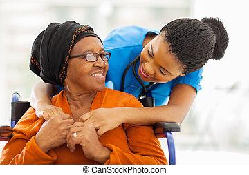 Un paciente africano con una enfermera