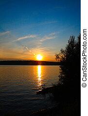 Un paisaje de lago con atardecer