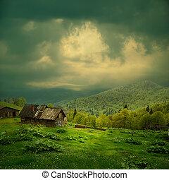 Un paisaje de montaña misterioso. Rayo de luz en nubes oscuras