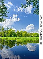 Un paisaje de verano con río Narew y nubes en el cielo azul