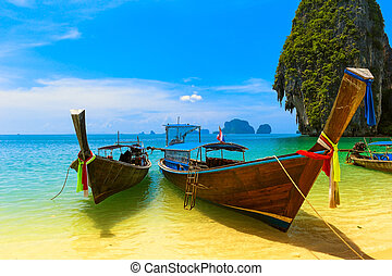 Un paisaje de viaje, playa con agua azul y cielo en verano. La hermosa isla de Tailandia y el tradicional bote de madera. Residencia para el paraíso tropical.
