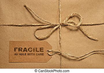 Un paquete marrón atado con una cuerda y una etiqueta para copiar