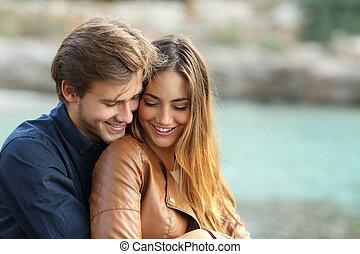 Un par de abrazos cariñosos en la playa