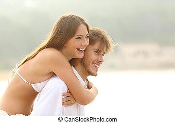 Un par de adolescentes felices en la playa de vacaciones