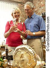 Un par de ancianos comprando antigüedades