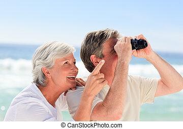 Un par de ancianos mirando en la playa