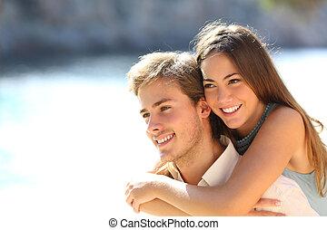 Un par de felices adolescentes coqueteando en la playa