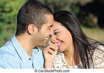 Un par de hombres casuales árabes coqueteando y riéndose felices en un parque