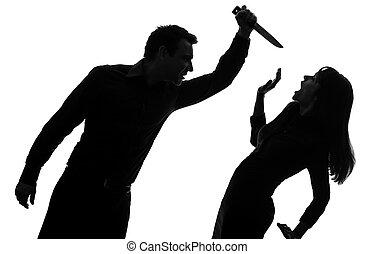 Un par de hombres matando mujeres silueta