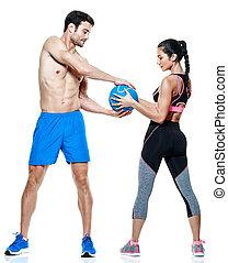 Un par de hombres y mujeres ejercicios de fitness aislados