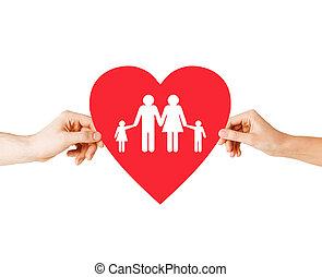 Un par de manos sosteniendo el corazón rojo con la familia