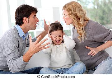 Un par de peleas frente a un niño
