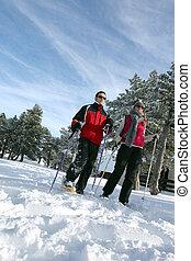 Un par va a esquiar