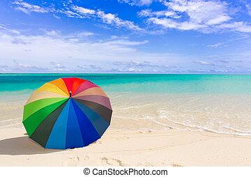 Un paraguas colorido en la playa