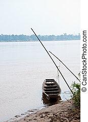 Un pequeño bote de madera en el río en Tailandia