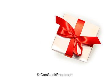 Un pequeño regalo rojo aislado en blanco