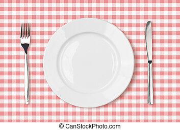 Un plato de comida vacio de primera vista en un mantel rosado