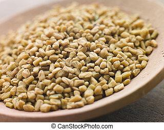 Un plato de semillas fenugreek