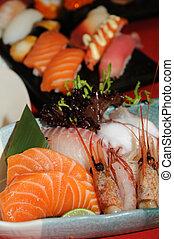 Un plato de sushi variado