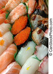 Un plato surtido de sushi