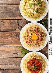 Un plato variado de espagueti